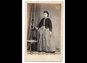 Y19630/ CDV Frau mit Reifrock Foto J. Vahlendick, Kellinghusen ca.1865