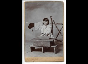 Y19913/ Kabinettfoto kleines Mädchen wäscht Wäsche Foto Michalec, Pardubicich