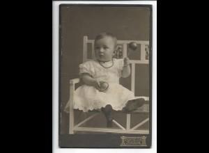 Y19684/ Kabinettfoto Baby mit Spielzeug Rassel Foto Carl Koch, Hamburg ca.1905
