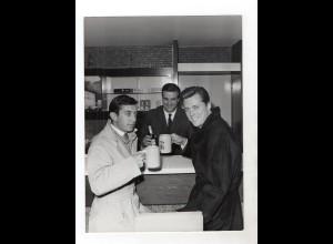 F6023/ Edward Byrnes (Kookie) und Hans Clarin trinken Bier Foto ca.1960