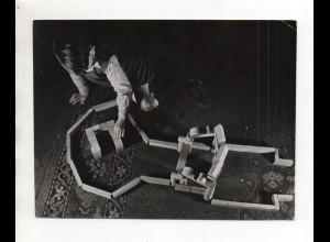 F6250/ Junge Kind spielt mit Holzspielzeug Foto ca.1955 19 x 14 cm