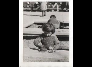 F6256/ Mädchen Kind spielt in der Sandkiste Foto ca.1955 19,5 x 15 cm