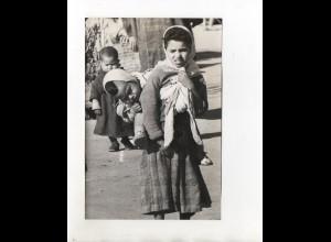 F6258/ Marrakesch Marokko Kind wird auf den Rücken getragen Foto ca.1960