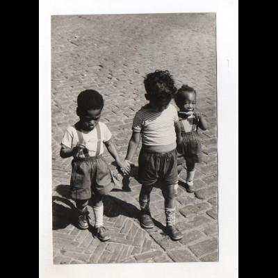 C2056/ Kinder farbige / schwarze Jungen Foto Pressefoto 1954 Niederlande