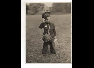 C2044/ Junge Kind als Briefträger Postbote Den Haag Pressefoto Foto 1930