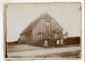 C2353/ Privat-Foto auf Pappe Familie mit Fahrrad 18 x 13,5 cm ca.1910