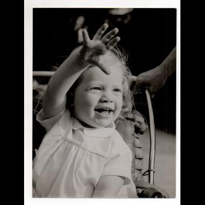 C2863/ Kleines Mädchen winkt Foto 24 x 18 cm ca.1955