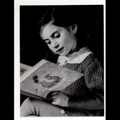 C2861/ Mädchen mit Bilderbuch Foto Pressefoto 24 x 18 cm ca.1955