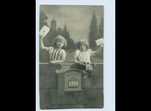 W9S64/ Kinder mit Brief am Briefkasten AK 1916