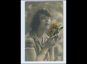 W7P92/ Hübsche Fau mit Rosen Foto AK 1927