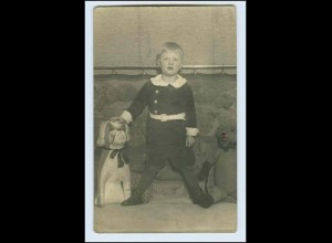 W0E83/ Kind mit Teddy Stofftiere Foto AK ca.1925